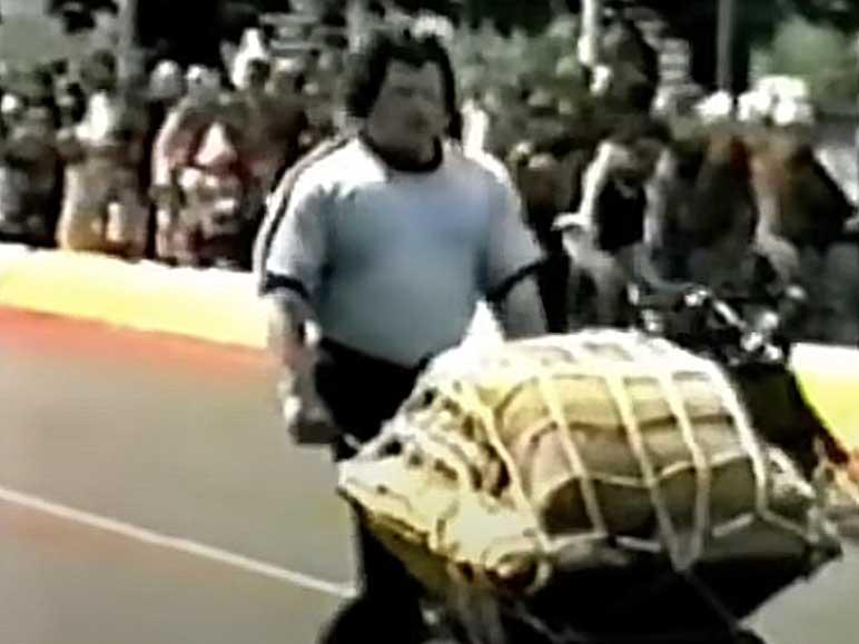 Bild: Schubkarrenrennen beim Britain's Strongest Man 1981