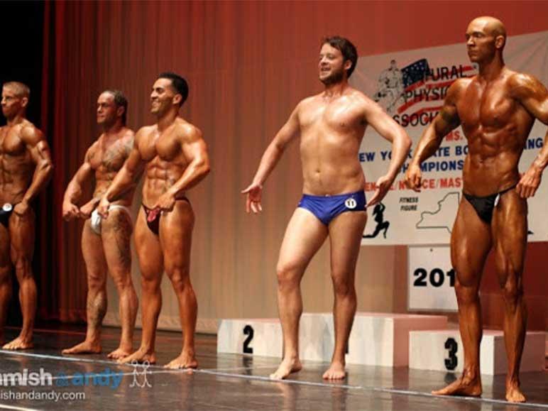 Bild: Hamish Blake auf der Bühne eines Bodybuilding-Wettkampfs