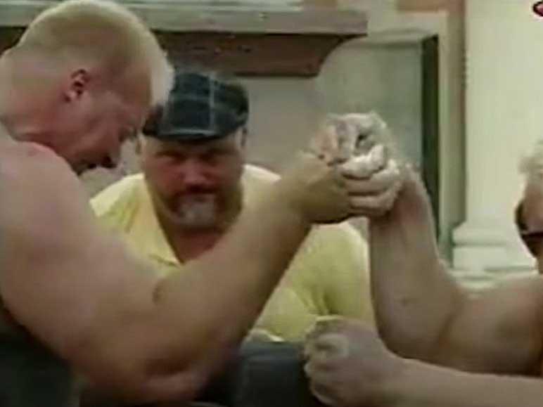 Bild: Nathan Jones beim Armwrestling gegen Magnus Samuelsson