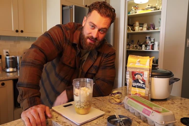Bild: Chris Bumstead isst Pancakes zum Frühstück